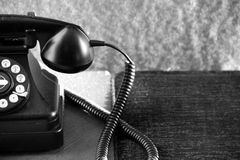 Telefone giratório velho na tabela Fotografia de Stock