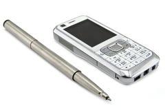 telefone móvel e pena Imagens de Stock