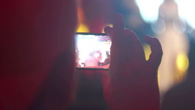 Telefone móvel escuro da noite do concerto vídeos de arquivo