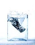 Telefone móvel na água foto de stock