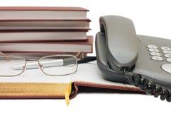 Telefone, maçã e vidros no livro Foto de Stock