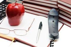 Telefone, maçã e vidros no livro Fotos de Stock Royalty Free