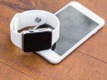 Telefone moderno e um relógio Fotografia de Stock