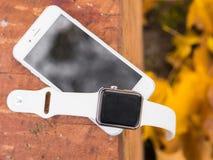 Telefone moderno e um relógio Foto de Stock Royalty Free
