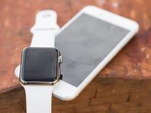 Telefone moderno e um relógio Imagens de Stock Royalty Free