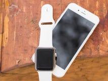 Telefone moderno e um relógio Foto de Stock