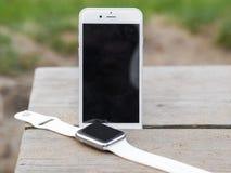 Telefone moderno e um relógio Imagem de Stock