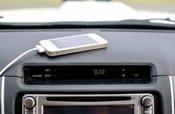Telefone o carregador no carro, linha do carregador do foco Foto de Stock