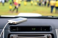 Telefone o carregador no carro, linha do carregador do foco Imagens de Stock
