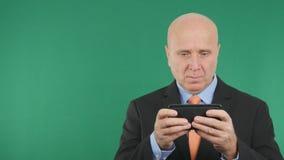 Telefone preocupado de Text Using Cell do homem de negócios imagem de stock