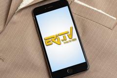 Telefone preto com logotipo da Eri-tev? Eritrean da televis?o dos meios noticiosos na tela fotografia de stock