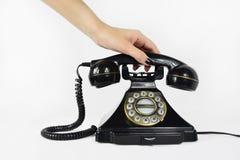 Telefone retro, mão que pegara o receptor fotografia de stock