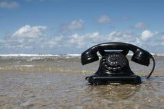 Telefone retro na água fotografia de stock