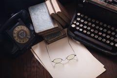 Telefone retro velho com máquina de escrever do vintage e uma folha de papel vazia na placa de madeira fotos de stock