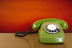 Telefone riscado verde velho fotos de stock