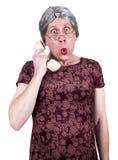 Telefone sênior maduro velho engraçado da bisbolhetice da conversa da mulher fotografia de stock royalty free