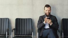 Telefone texting do homem de negócios da tecnologia de comunicação video estoque