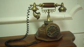 Telefone velho na tabela de cabeceira em uma sala