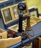 Telefone velho para a venda no mercado fotos de stock
