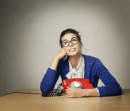 Telefonema de espera da mulher feliz, menina de pensamento que olha acima Fotografia de Stock Royalty Free