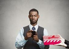 Telefonen för innehavet för affärsmannen betalar den smarta, inte uppmärksamhet på surrou arkivbilder