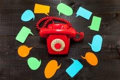 Telefonen och anförandeballonsna Royaltyfri Bild