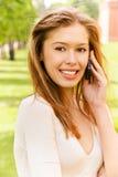 telefonen talar kvinnabarn Arkivbild