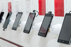 Telefones celulares na sala de exposições foto de stock