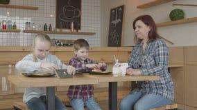 Telefones de proibição do jogo das crianças da baby-sitter no café filme