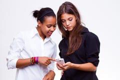 Telefones móveis das posses das mulheres Imagem de Stock