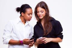 Telefones móveis das posses das mulheres Fotografia de Stock