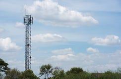 Telefonfreileitungsmast im Dorf Stockbilder