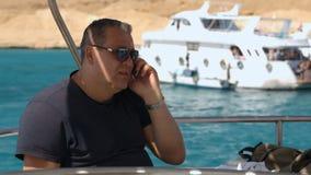 Telefongespräch an Bord des Schiffs stock footage