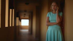 Telefongespräch in der Hotelhalle stock video footage