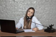 Telefongespräch und unterzeichnende Dokumente gleichzeitig stockbild