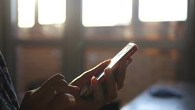 Telefongreller glanz bei Sonnenuntergang stock footage