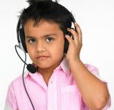 Telefoni capi da portare del ragazzo fotografia stock libera da diritti