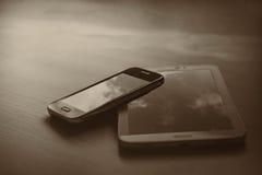 Telefoni cellulari su un fondo nero Immagini Stock