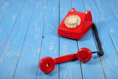 Telefoni d'annata - il rosso un retro il telefono è preso  Immagini Stock Libere da Diritti