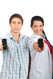 Telefoni d'offerta delle coppie allegre mobili Fotografie Stock Libere da Diritti