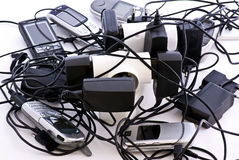 Telefoni e caricatore delle cellule Fotografia Stock Libera da Diritti