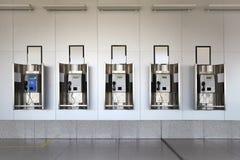 Telefoni pubblici nel pavimento del granito e del corridoio fotografie stock libere da diritti