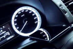 Telefoni sul cruscotto dell'automobile con la riflessione delle cifre del tachimetro immagine stock libera da diritti