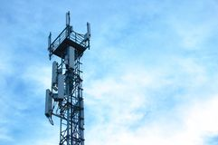 Telefonia e comunicação da torre do metal fotografia de stock