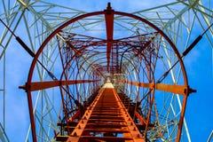 Telefonia mobile della torre altamente al cielo Fotografie Stock