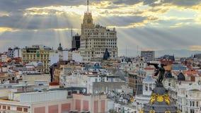 Telefonica-Gebäude ist ein Manhattan-ähnlicher Wolkenkratzer bei Gran über timelapse, Madrid, Spanien Telefonica-Gebäude ist