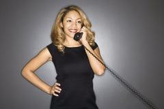 telefoniczna uśmiechnięta kobieta zdjęcie stock