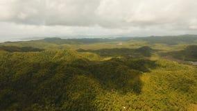Telefonicznego sygnału wierza wśród zielonego lasu i gór widok z lotu ptaka Siargao wyspa Filipiny zbiory