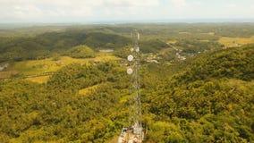 Telefonicznego sygnału wierza wśród zielonego lasu i gór widok z lotu ptaka Siargao wyspa Filipiny zbiory wideo