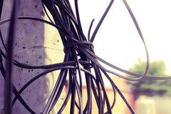 Telefoniczny kabel, Czarny telefonu kabel czochrał na elektrycznym p Zdjęcie Stock